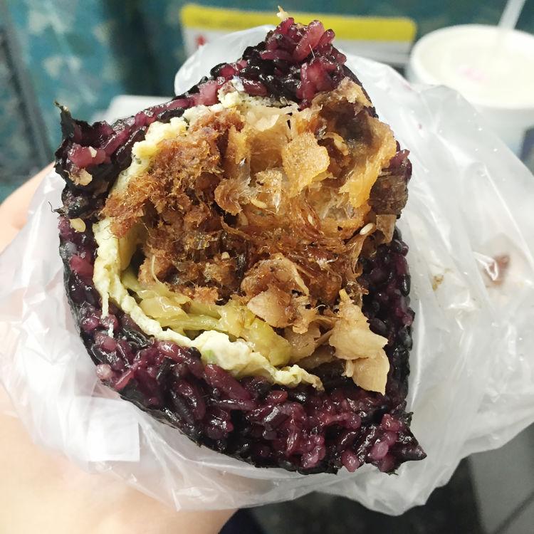 「青島飯糰」の「綜合肉鬆」。中には具がぎっしり[画像提供・Aさん]