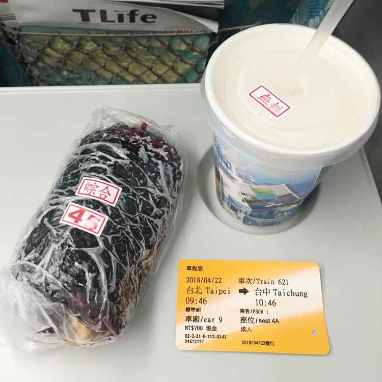 台北から台中へ向かう鉄道の車内で[画像提供・Aさん]