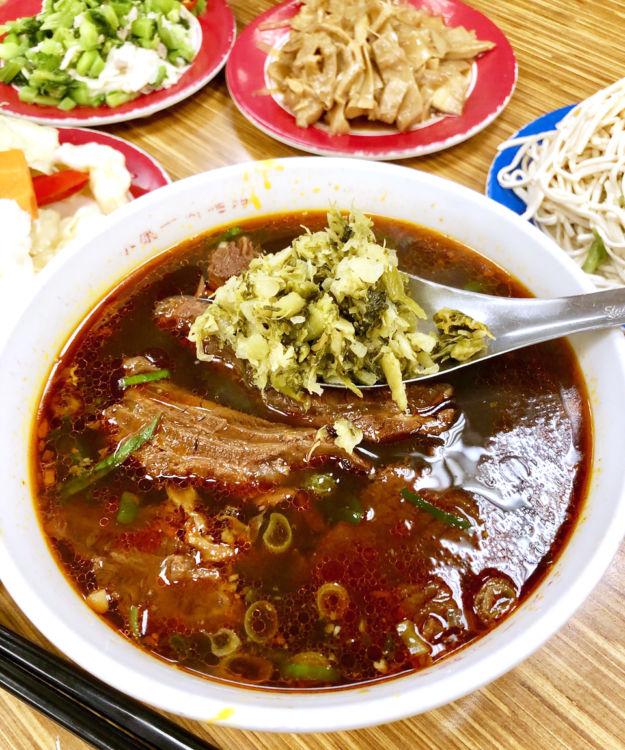 地元から愛される紅焼牛肉麺、薬味の芥子菜を入れるのを忘れずに[画像提供・Mさん]