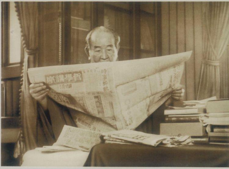大正15年、新聞を読む渋沢栄一(渋沢史料館所蔵)