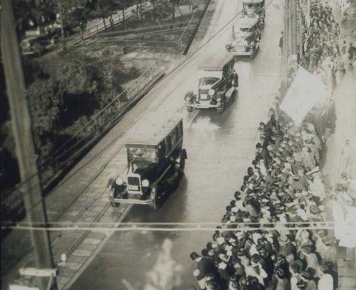 渋沢栄一は昭和6年に永眠。葬儀の際には、飛鳥山邸前通りに多くの民衆が集まりました(渋沢史料館所蔵)