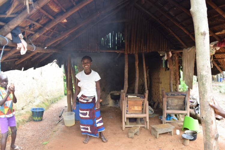 農家の女性。屋外のかまどで煮炊きをする