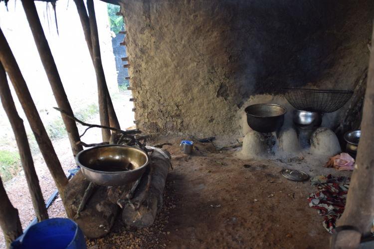 台所の様子。水道や電気、ガスの設備はない