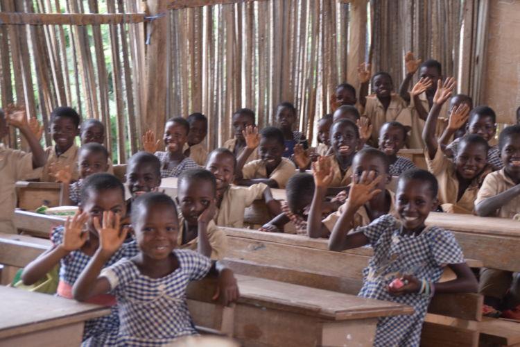 村の学校。教科書や筆記用具が不足している