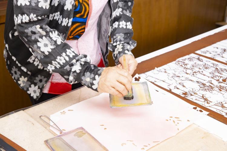 職人から和紙を取り寄せ、自ら好みの色に染める