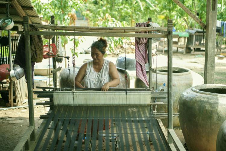 カンボジアの手織布『スン』を織っている様子