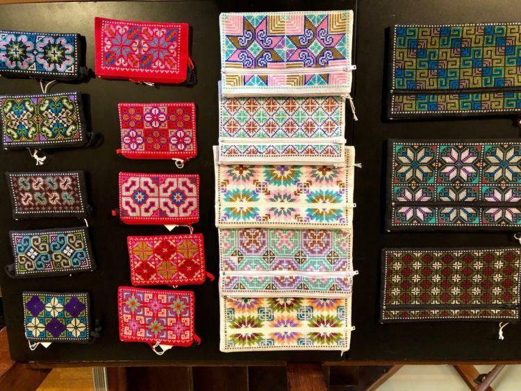 モン族の美しい全面刺繍が楽しめるパスケースやポーチ