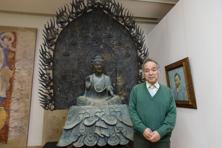 クローン技術で再現した法隆寺釈迦三尊像と東京藝術大学・宮廻正明名誉教授。右のゴッホ自画像もクローン技術で複製したもの