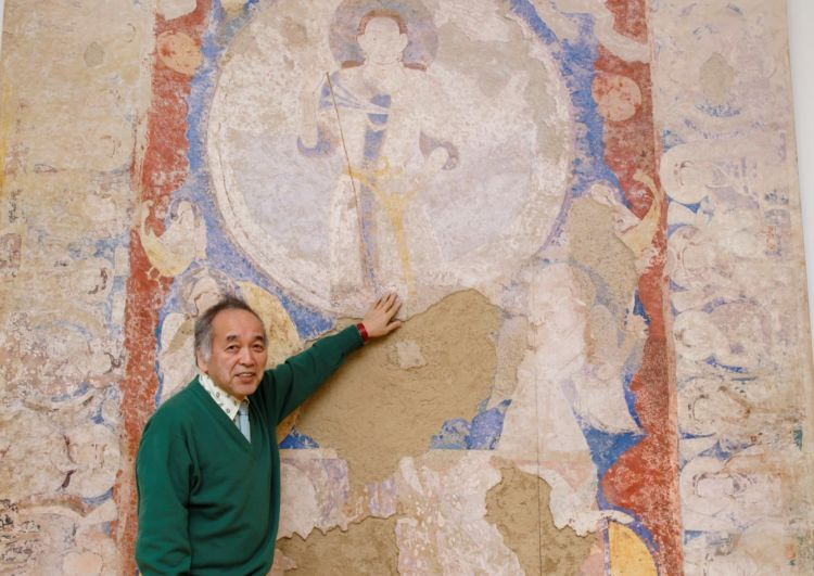 バーミヤン東大仏天井壁画のクローンの前で