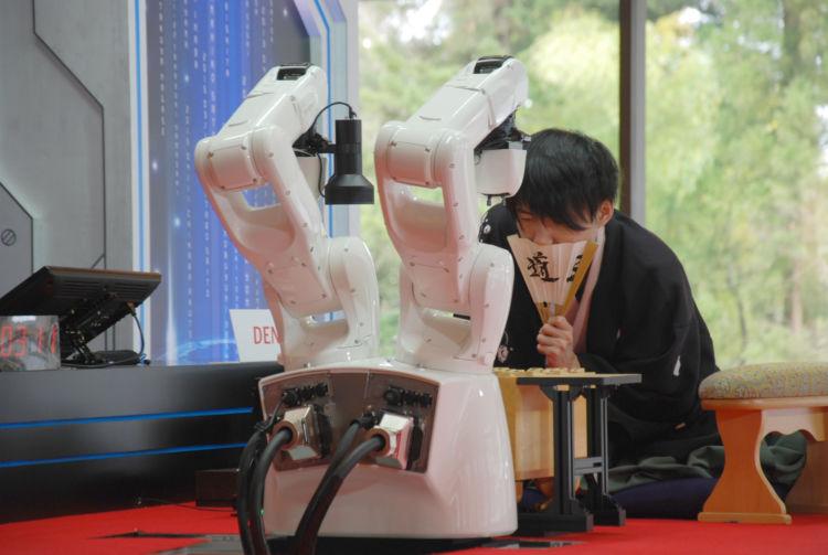 2017年4月、将棋プログラム「Ponanza」(ポナンザ)に敗れた佐藤天彦名人(現九段)