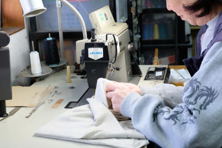 工場でのタグの付け替え作業