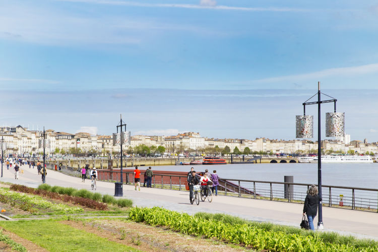 ボルドー市内のガロンヌ川沿いに広がる歴史地区は、その形から「月の港」と呼ばれている