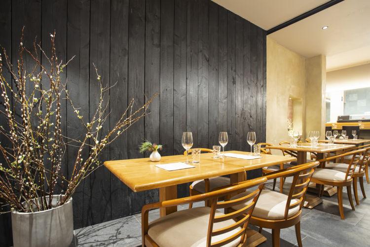 日本の伝統技法の焼杉をイメージした黒い板が、和の雰囲気を醸し出す。