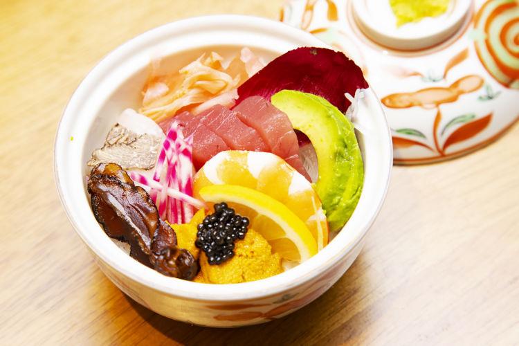 色鮮やかなミニちらし寿司。ふたを開けた瞬間、お客さまから「美しい」と声が上がった。