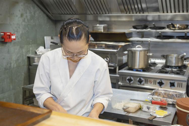 妻の貴子さんも調理場に立つ。