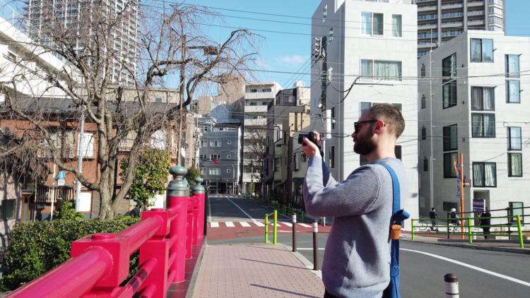 東京は、建物同士の隙間にも営みを感じる街