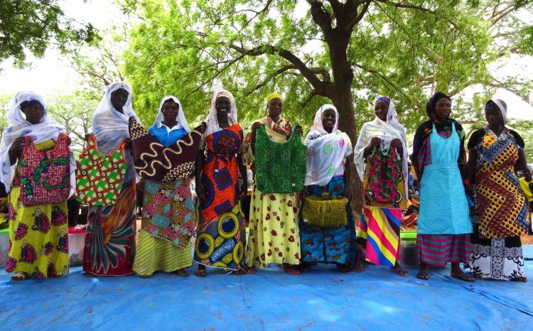 ▲ガーナコットン縫い子チーム。アフリカンプリントの布で、バッグやエプロンなどを手作りしている