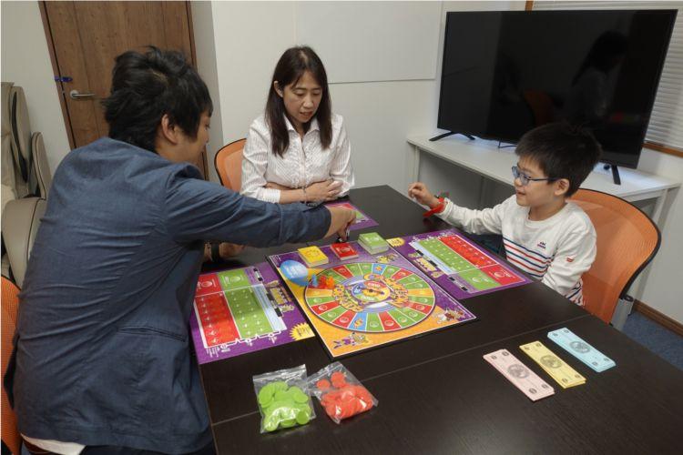 続いて、順番を決めるために各プレイヤーがそれぞれサイコロを2個振ります。