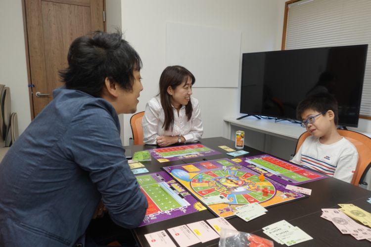 頼藤さんにクレジットカードの知識を教えてもらうひろたろうくん。