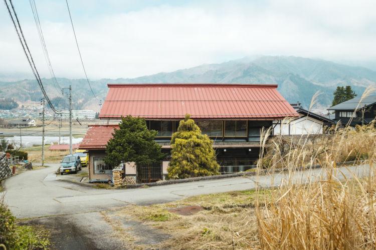 山あいの小さな集落にある、白石さんの一軒家。豪雪地帯で、多いときには2メートルほどの雪が積もる