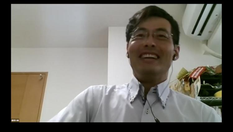 筆者が好きな漫画の語りを聞いて笑ってくれているときの藤原さん。