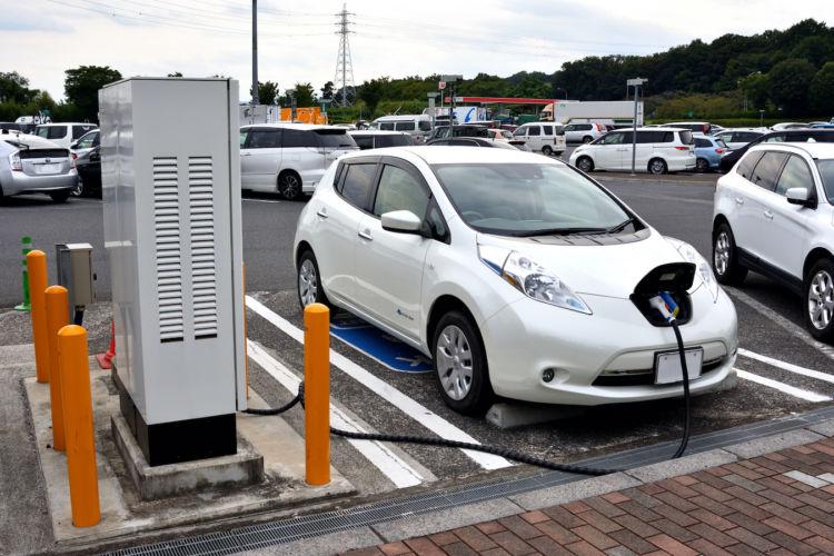 、電気自動車では、減速時にモーターを発電機として使うことが可能です