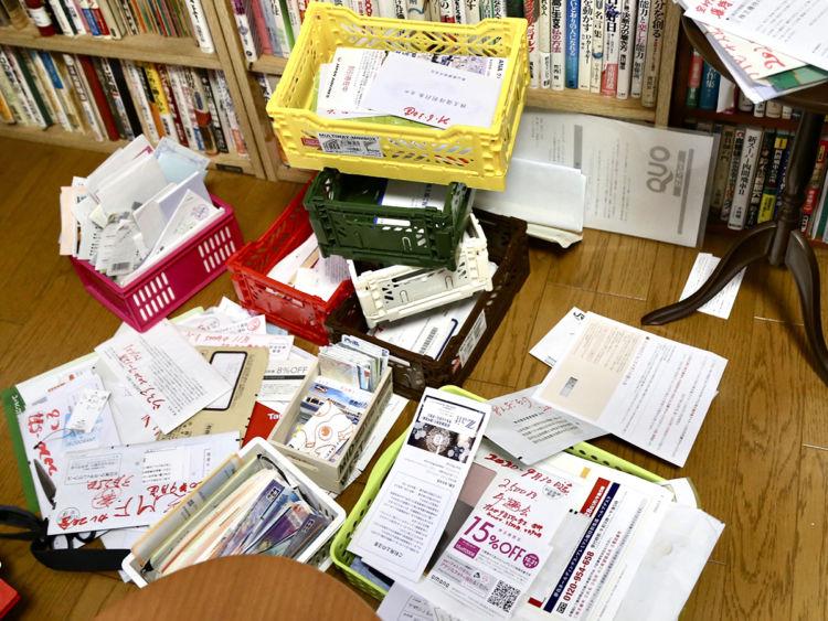 優待にまつわる郵便物や商品券など。この量でも全体のほんの一部とのこと