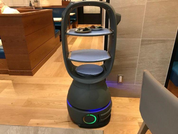 配膳型ロボット「ハル」は、注文されたたビュッフェの料理を皿に載せてテーブルまで運んでくる