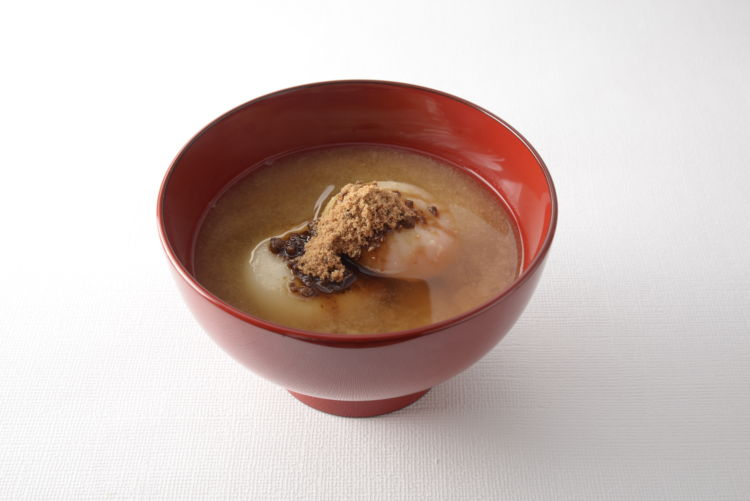 香川県の『黒糖雑煮』は、甘いお味噌汁のような味わいが特徴です。