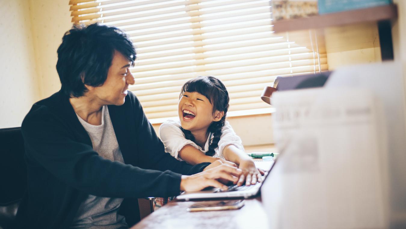 書斎で仕事をする父母の背中を子供は見て育つ
