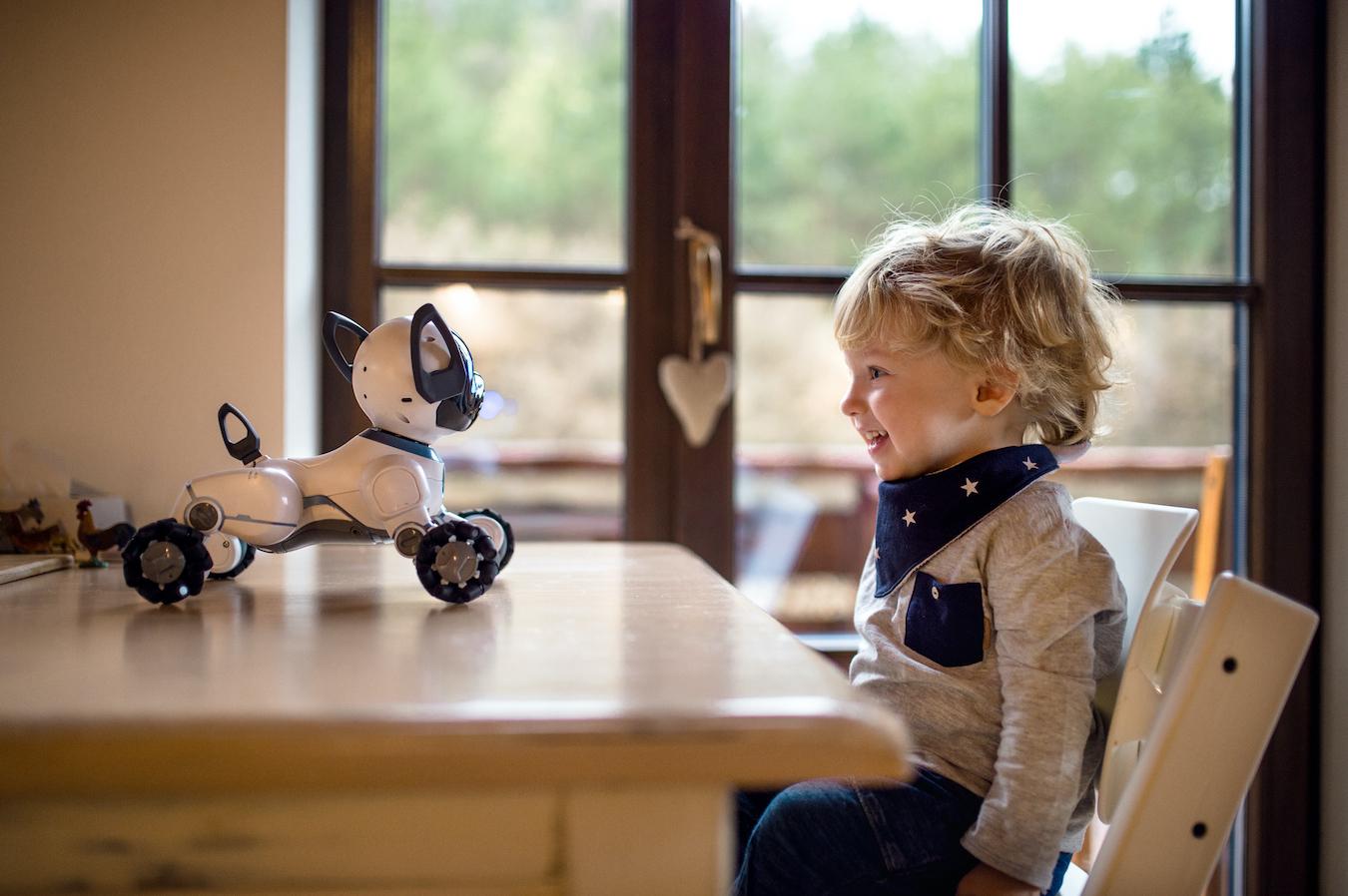 家族の一員となる日も近い!?学んで成長するペットロボットのいる暮らし
