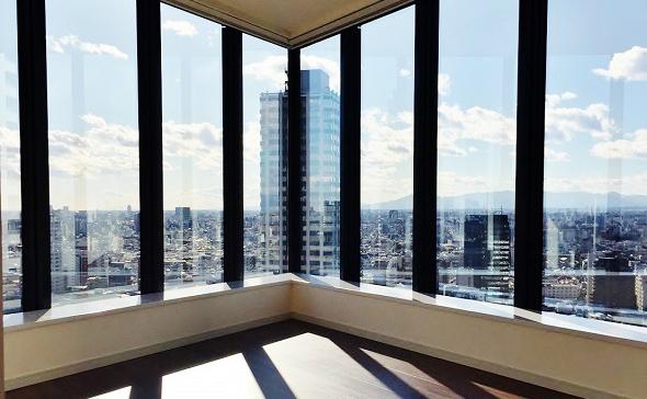 高層マンションの角部屋と窓からの景色