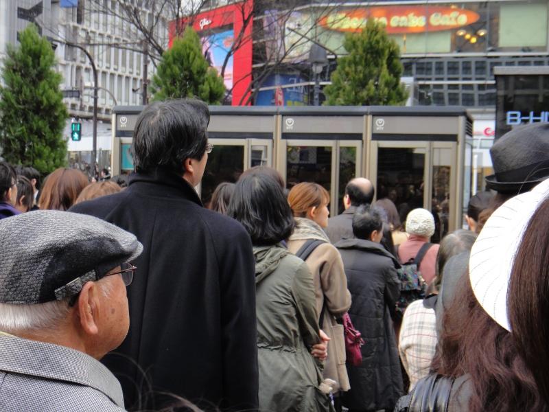 地震・災害時に大勢の人が立ち往生する光景