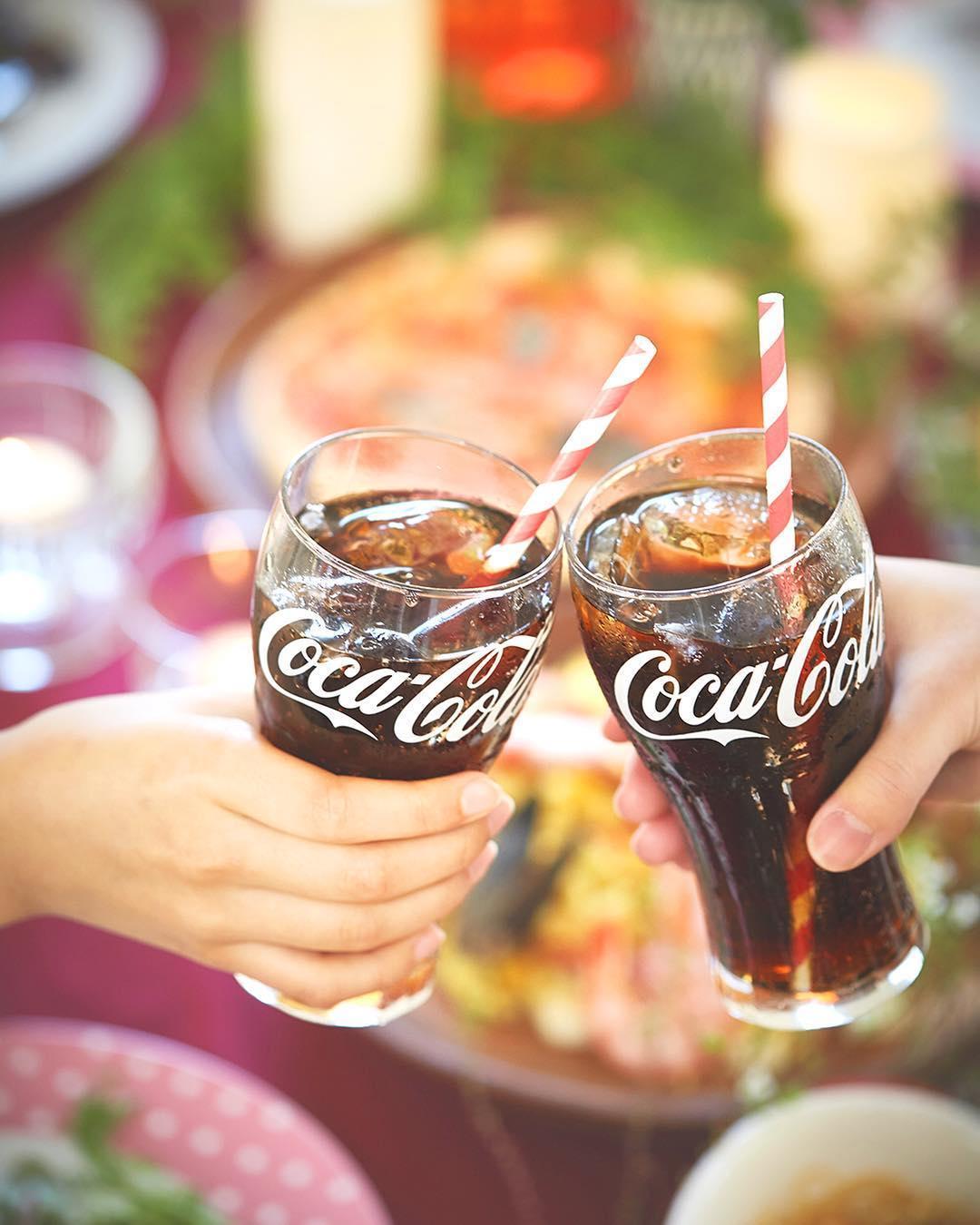 コカ・コーラで乾杯しているイメージ画像