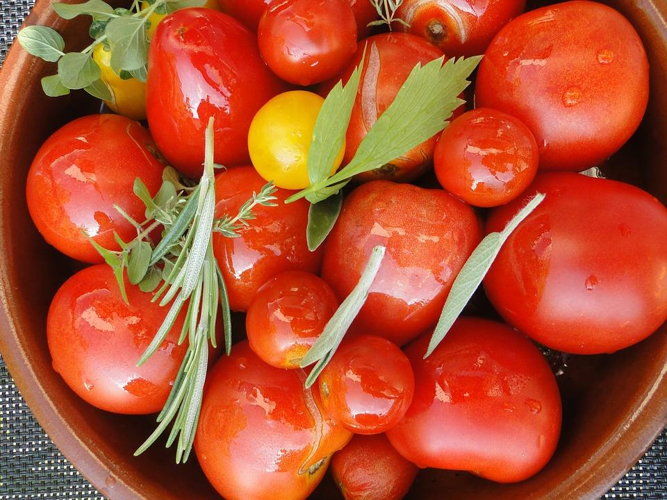 https://cdn.pixabay.com/photo/2015/03/05/17/01/tomato-harvest-660628_960_720.jpg