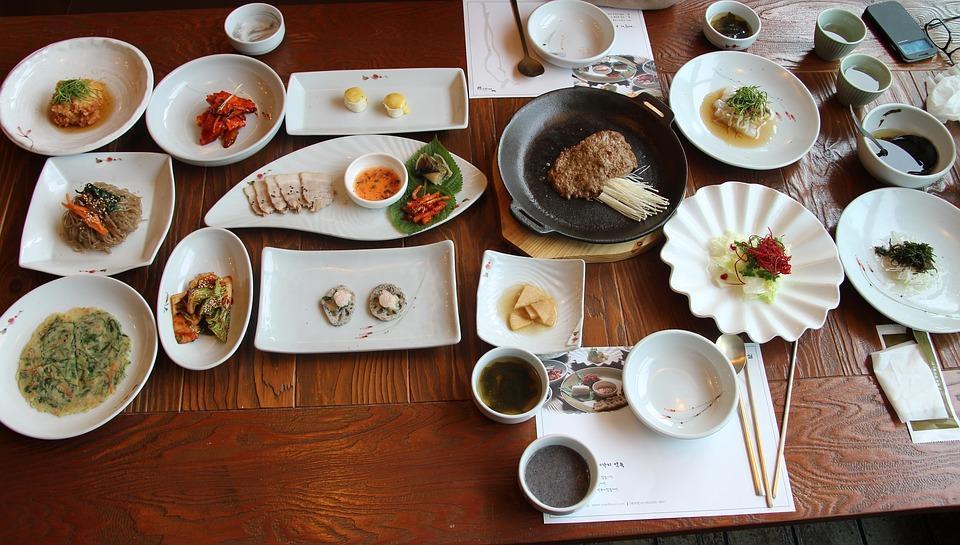 https://cdn.pixabay.com/photo/2016/08/23/07/25/traditional-korean-meal-1613680_960_720.jpg