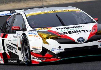 プリウスのレーシングカーと、市販車の違いとは?フォーミュラカーのエンジンを積む、スーパーGTプリウスがスゴイ!