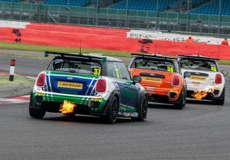 BMWミニが火を噴きながら走るレースとは?歴代BMW MINIによるワンメイクレース、ミニチャレンジを知っていますか?