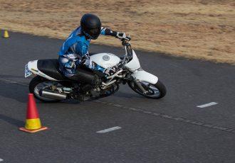 バイクのジムカーナは、神業テクのオンパレード!?今すぐ始められるジムカーナの魅力とは
