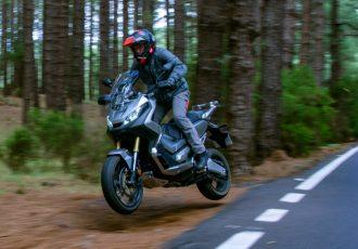 林道だって余裕!?ビッグスクーター『ホンダX-ADV』のオフロードを走るための仕様変更がスゴい