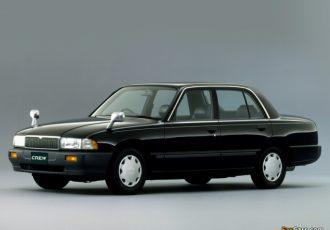 ひと昔前の定番タクシー!! 日産・クルーのボディが左右非対称となった理由とは?