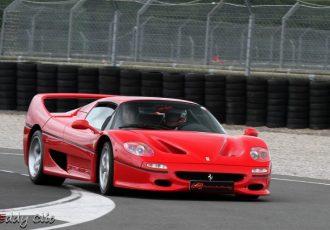 まるで公道を走るF1!!エレガントなGTカーの皮を被ったフェラーリF50