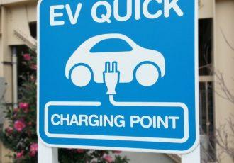 EV用充電器は意外と安い!?自宅に設置した方がお得かも!