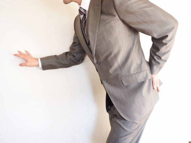 男性 ビジネスマン サラリーマン 腰痛