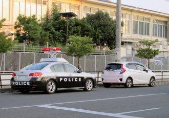 パトカーを安全に追い抜く方法とは?