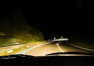 ロービームの走行は違反!?ヘッドライトを常時ハイビームにするワケとは