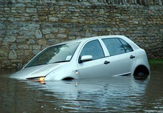 水没した車を復活させることはできる?復活費用と保険について解説