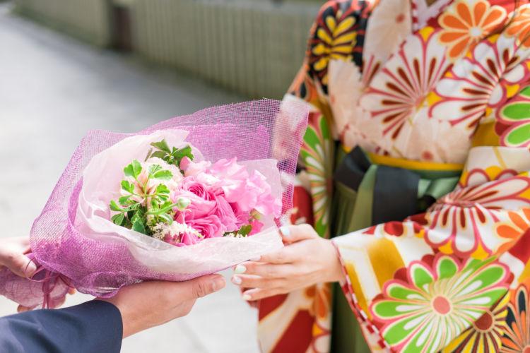 卒業祝いの相場・入学祝いとの兼ね合い、贈る時期やマナーについて解説