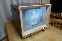 画像を白黒ブラウン管TVみたいにする。