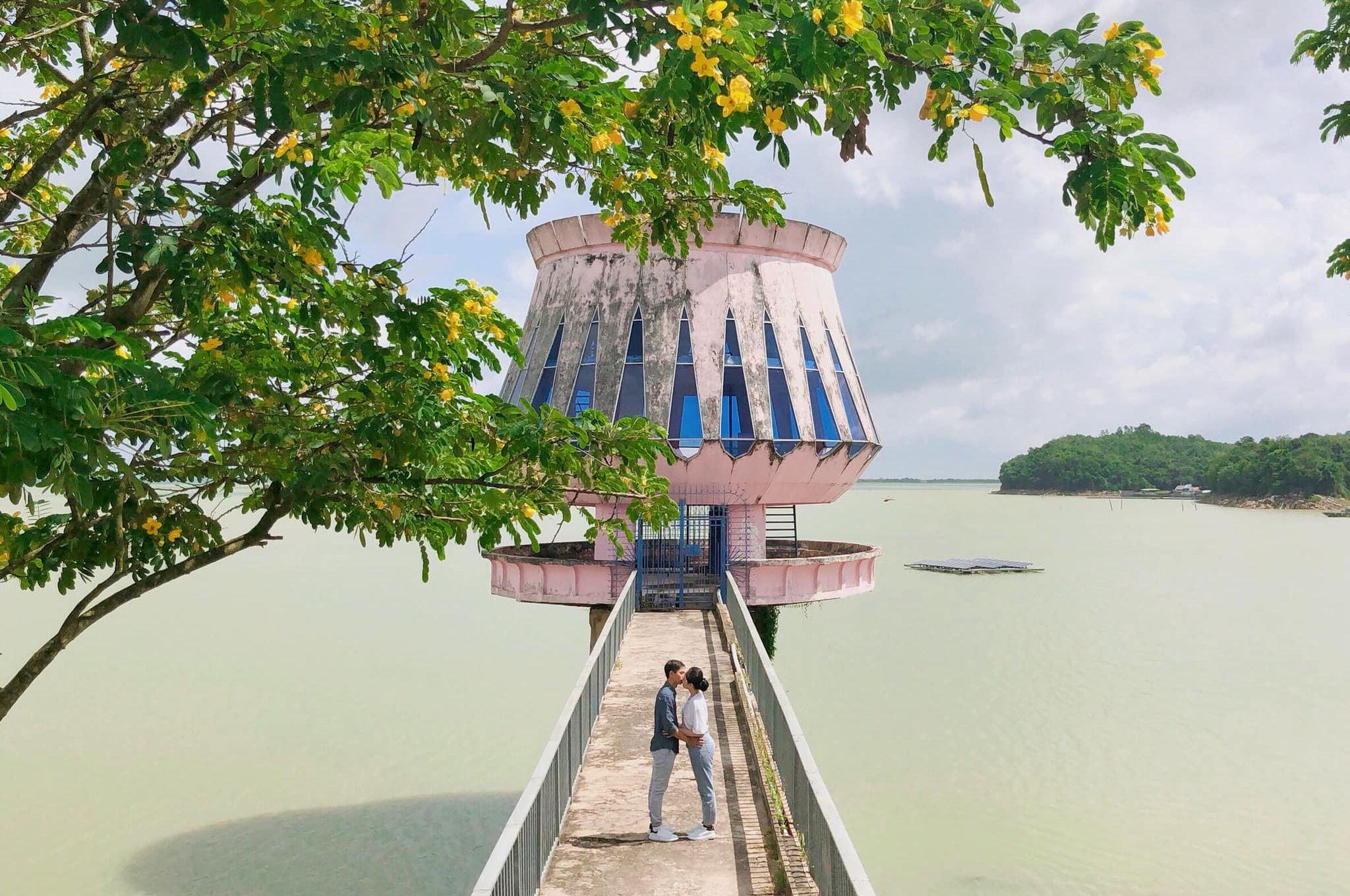 Tham quan hồ nhân tạo lớn nhất Việt Nam và thưởng ngoạn cảnh hoàng hôn tuyệt đẹp